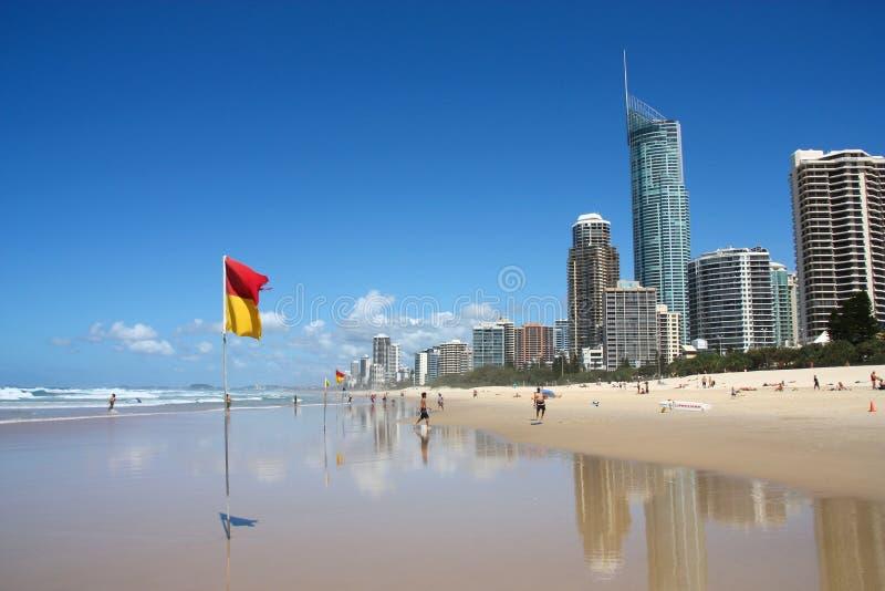 GOLD COAST AUSTRALIA, MARZEC, - 25, 2008: Ludzie odwiedzają plażę w surfingowa raju, Gold Coast, Australia Z więcej niż 500.000 fotografia royalty free