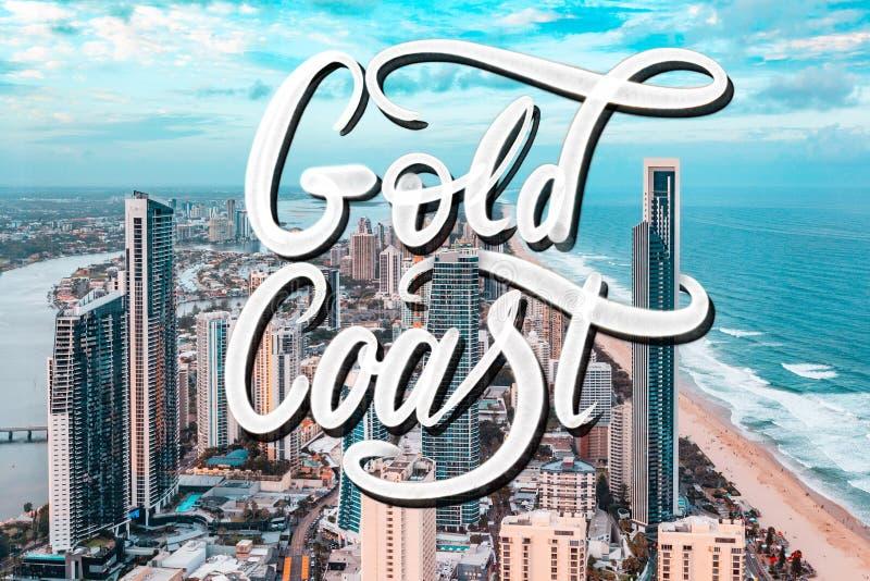 Gold Coast-nevelverf het van letters voorzien over luchtfoto van Gold Coast-stad bij zonsondergang in Queensland, Australië royalty-vrije stock afbeeldingen