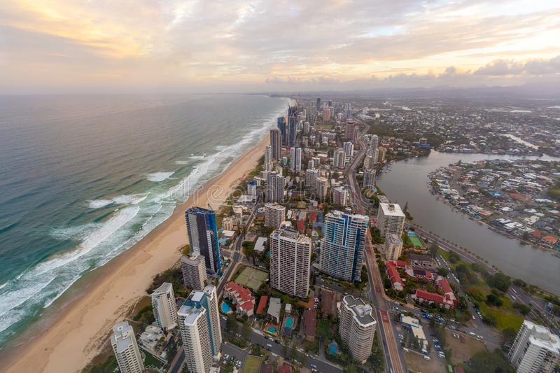 Gold Coast-Skyline bei Sonnenuntergang lizenzfreies stockbild