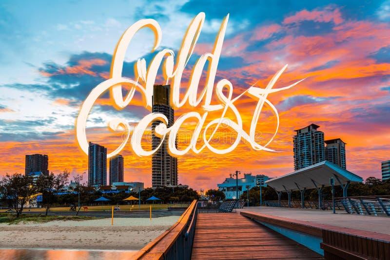 Gold Coast som märker på fotografiet av den härliga livliga orange solnedgången i Queensland, Australien fotografering för bildbyråer