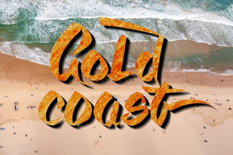 Gold- Coasthandbeschriftung über Vogelperspektivelandschaftsphotographie von Leuten auf dem Strand in Queensland, Australien stockbilder