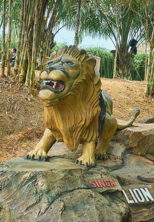 Gold der Löwenstatue im Park lizenzfreie stockfotos