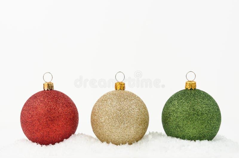 Gold-, Grüne und Roteweihnachtsbälle lokalisiert auf weißem Hintergrund stockfotos