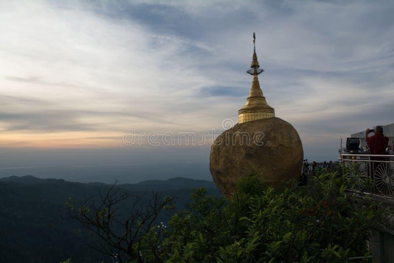 Download Gold rock zdjęcie stock. Obraz złożonej z pagoda, tradycyjny - 53785474
