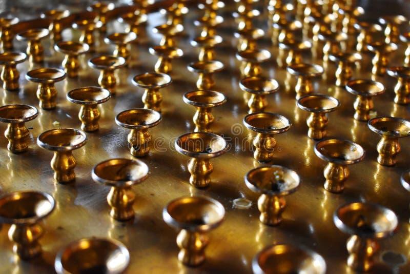 Gold stützt sich für Kirchenkerzen im Tempel stockfoto