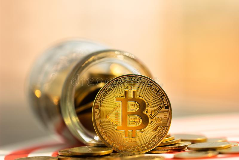 Gold und altcoin BitcoinBTC auf unscharfem Hintergrund lizenzfreie stockbilder