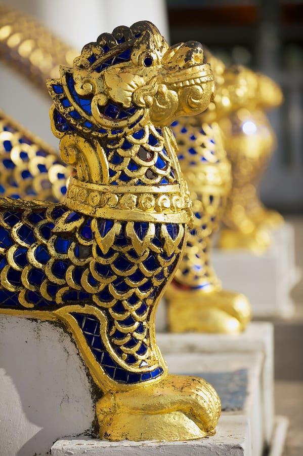 Gold und blaue Steine umfassten Tierfiguren am entance zum Phra Mahathat Vihan in Nakhon Sri Thammarat, Thailand stockbild