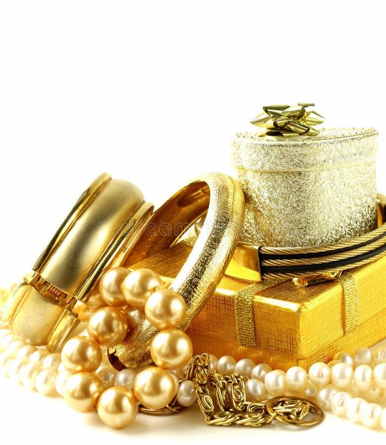 Gold- und Perlenschmuck, Geschenkboxen lizenzfreie stockfotos
