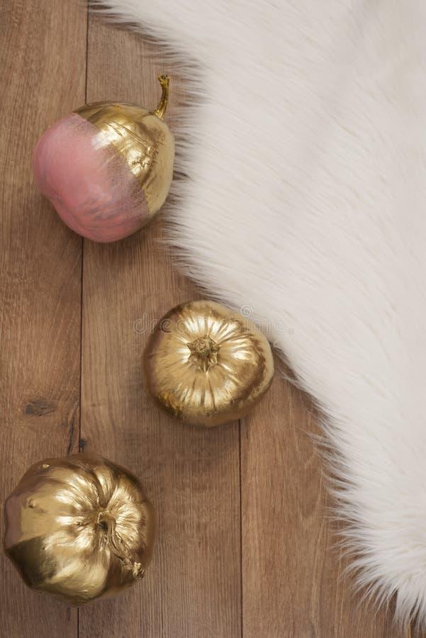 Gold und Rosa farbige Kürbise auf Bretterboden stockfotos