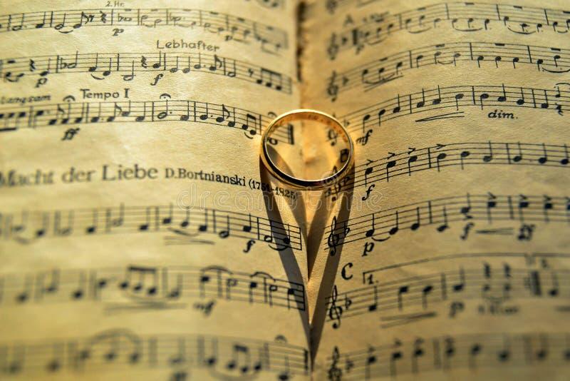 Goldband auf Musikergebnis stockbilder