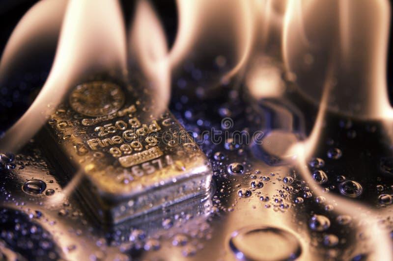 Goldbars en vlam stock afbeeldingen
