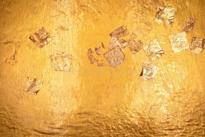 Goldbeschaffenheit und Goldpapier mit Buddhismushintergrund Detail der goldenen Oberfläche gemacht von Buddha-Statue lizenzfreie stockfotos