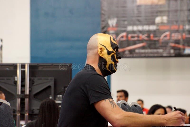 Golddust, Dustin Patrick Runnels é um lutador profissional americano, autógrafos dos sinais no evento de WWE Axxess foto de stock royalty free