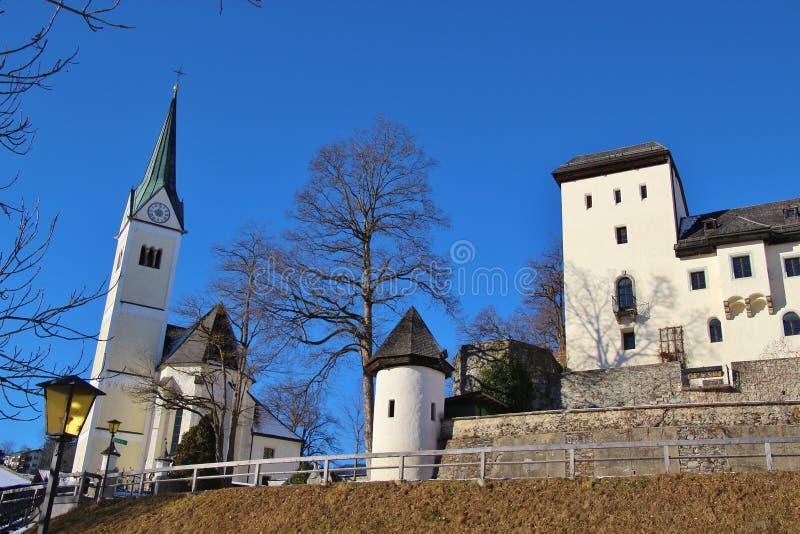 Goldegg-Schloss und Kirche, Österreich, Europa lizenzfreies stockbild