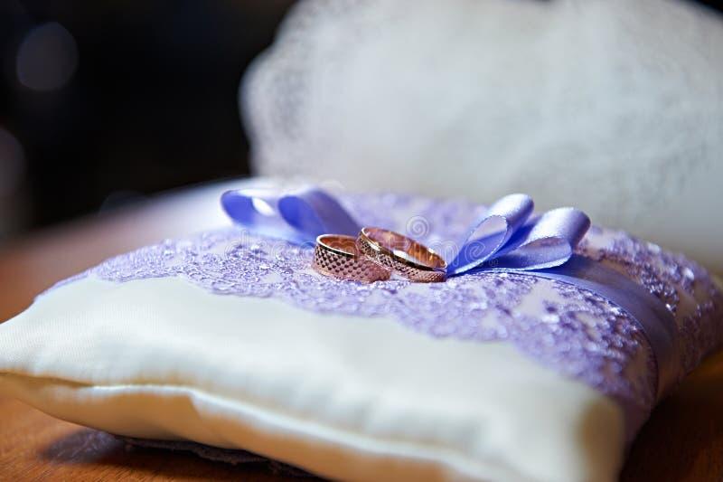 Goldehering auf einem schönen weißen Kissen stockfoto