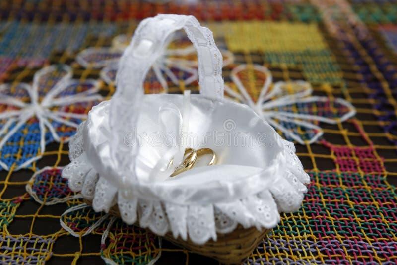 Goldeheringe für Mann und Frau - zwei Heiratsbündnisse im Kissen stockfotos
