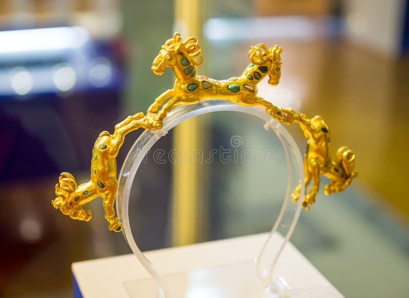 Golden bracelet med hästsiffror, utställningen 'Scytianernas guld' på Azovernas historiska Mu arkivfoton