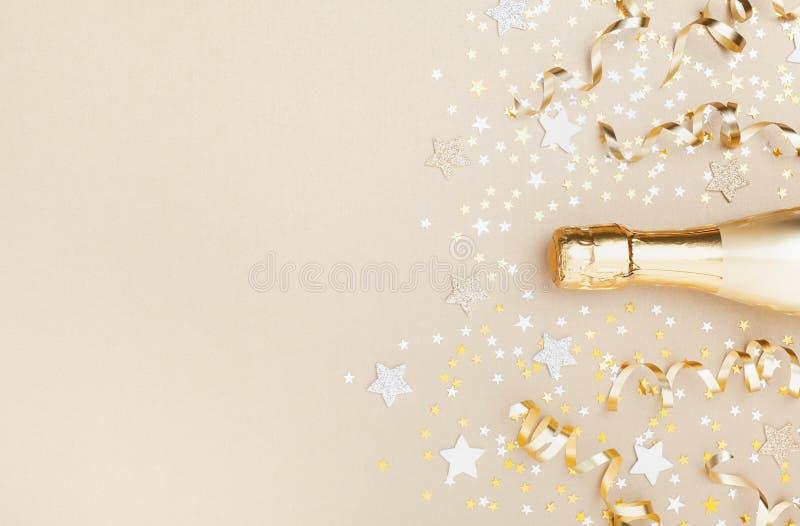 Golden champagne-fles met confetti sterren en partijgeoriënteerde bovenaanzicht Kerst, verjaardag of bruiloft achtergrond Vlek royalty-vrije stock afbeelding