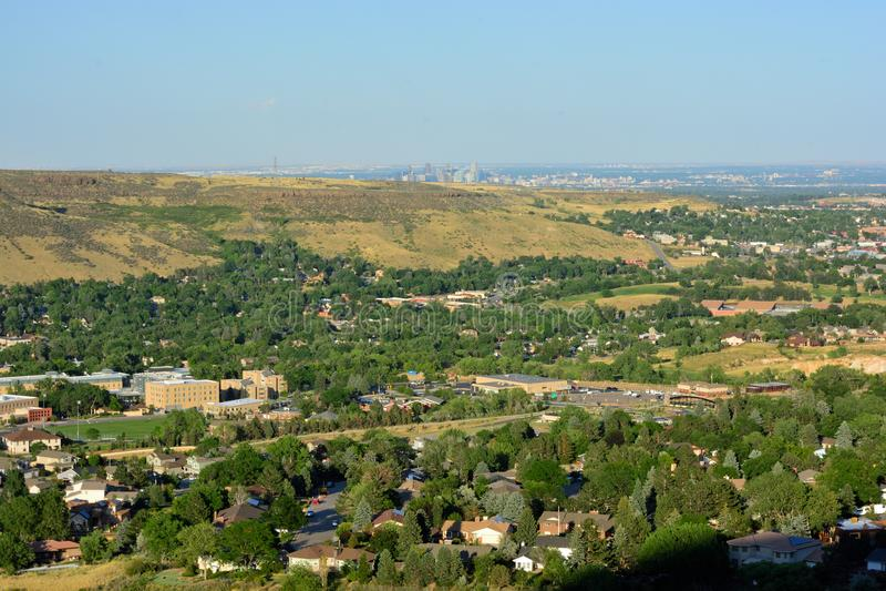 Golden, Colorado an einem sonnigen Tag mit den Denver-Skylinen im b lizenzfreie stockbilder