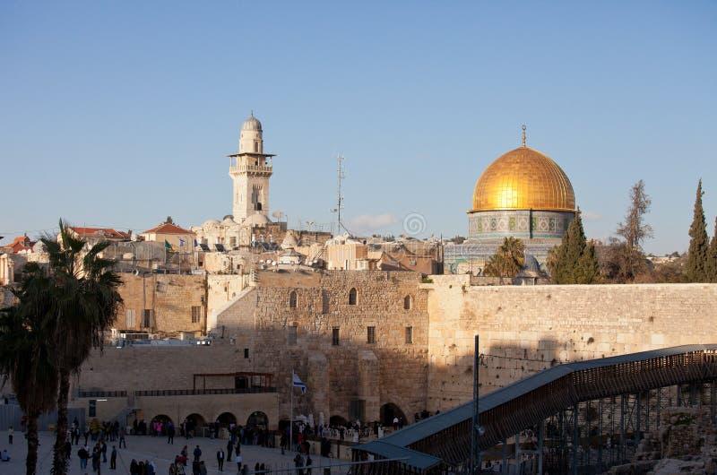 Западные стена и Golden Dome утеса на заходе солнца, города Иерусалима старого, Израиля стоковые фотографии rf