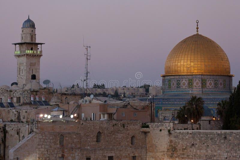 Западные стена и Golden Dome утеса на заходе солнца, города Иерусалима старого, Израиля стоковые фото