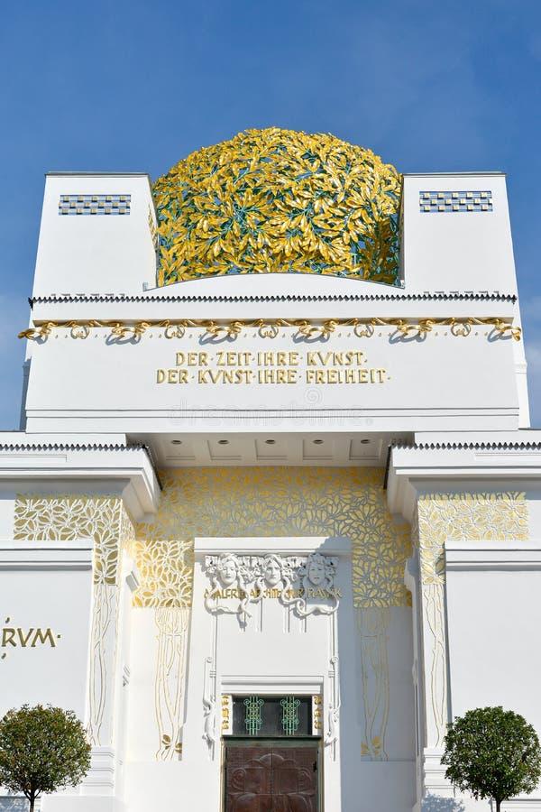 Golden Dome av Wien utträdebyggnad royaltyfri bild