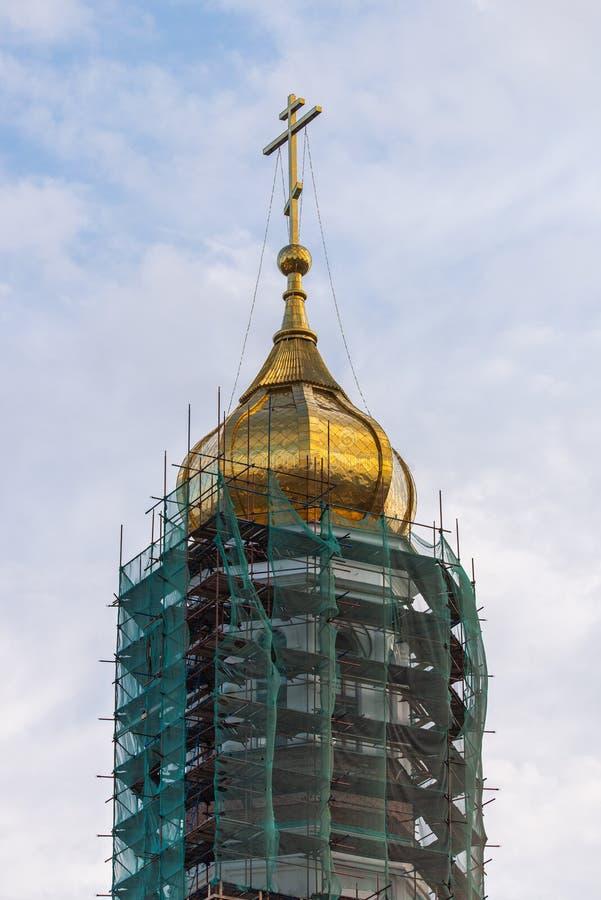 Golden Dome com uma cruz contra o céu Cruz ortodoxo no céu azul christianity Religi?o Cristandade ortodoxo jesus imagem de stock royalty free