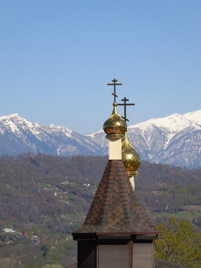 Golden Dome de l'église contre le ciel bleu photographie stock
