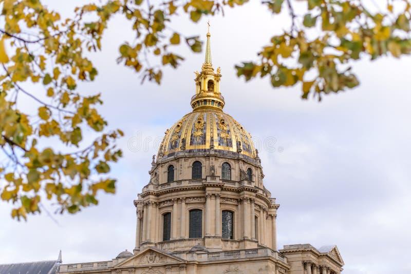 Golden Dome de Les Invalides no fundo foto de stock