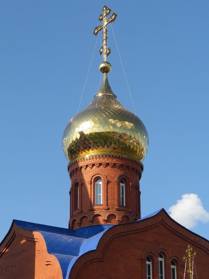Golden Dome der Ziegelsteinkirche in Russland lizenzfreies stockfoto