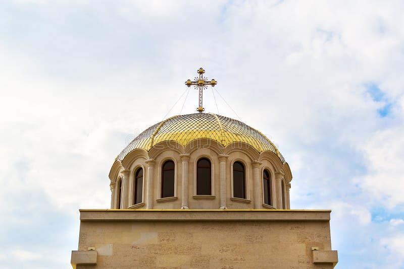 Golden Dome med ett kors på Christian Orthodox Church Kristendomen och ortodoxt kristendomenbegrepp arkivfoton