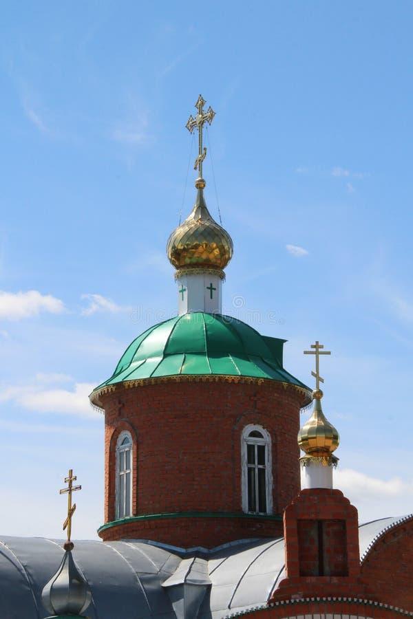 Golden Dome und grünes Dach einer Kirche im Dorf von Toburdanovo lizenzfreie stockfotos