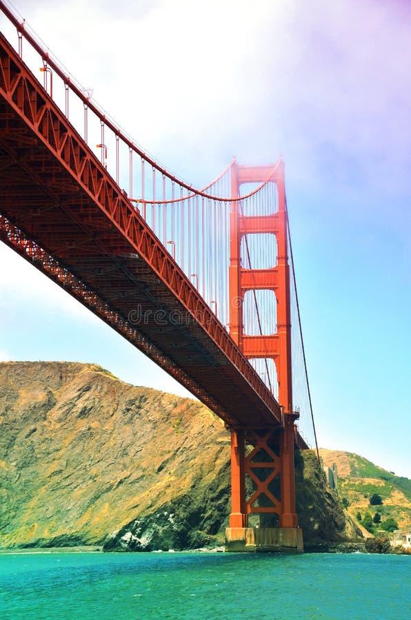 Golden gate bridge über dem Wasser lizenzfreie stockbilder
