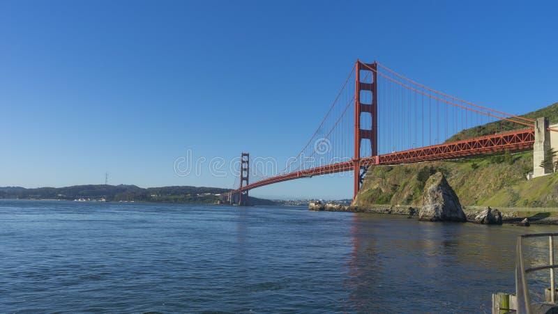 Golden gate bridge alla luce di mattina che guarda dalla baia a ferro di cavallo immagine stock