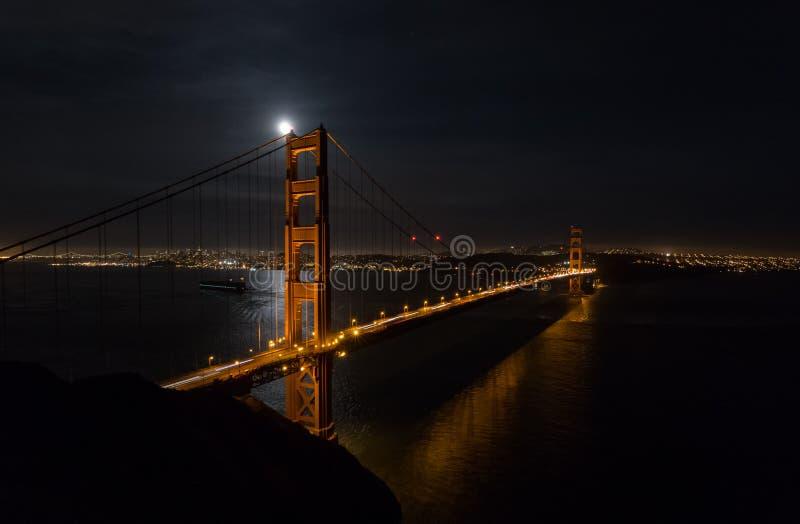 Golden gate bridge alla notte con paesaggio urbano di San Francisco immagine stock