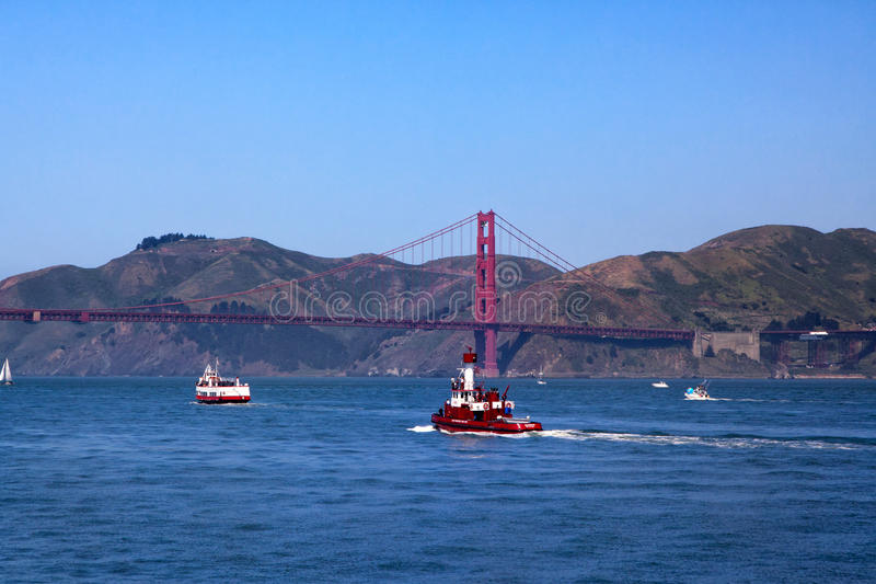 Golden gate bridge - balsa - Fireboat imagem de stock royalty free