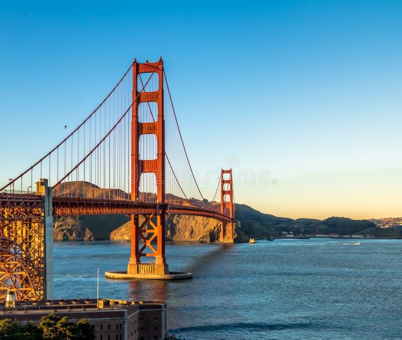 Golden gate bridge bij zonsondergang - San Francisco, Californië, de V.S. royalty-vrije stock afbeeldingen