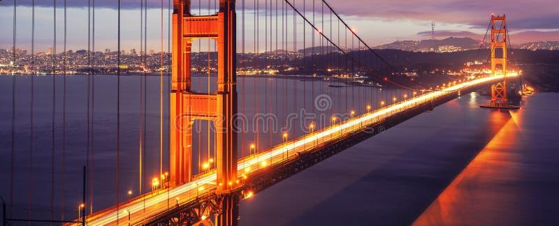 Golden gate bridge bis zum Nacht lizenzfreie stockfotos