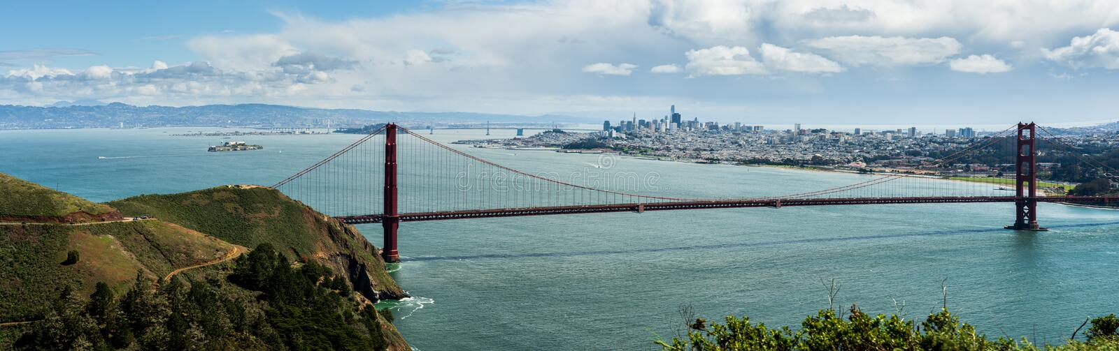 Golden gate bridge com San Fran Skyline imagem de stock
