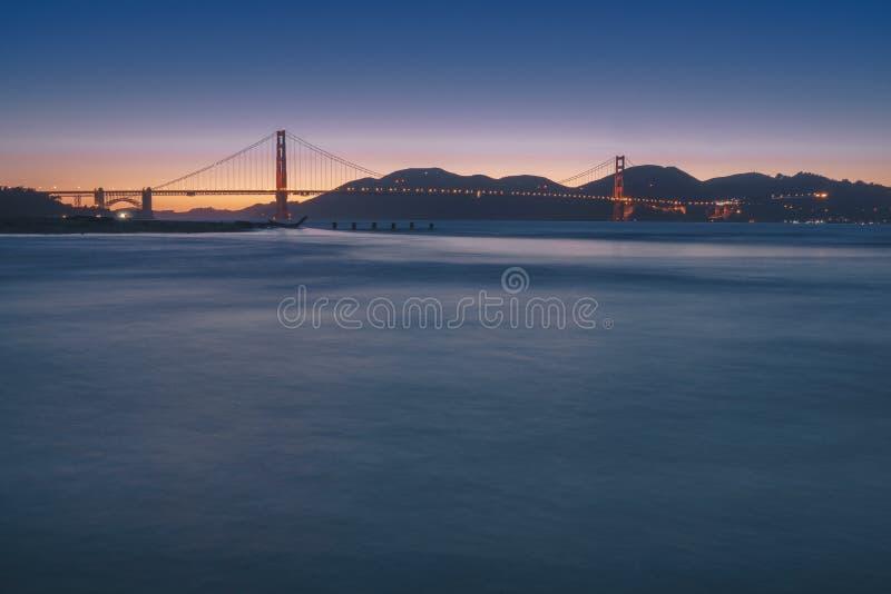 Golden gate bridge czasu mroczny widok od Crissy pola zdjęcia royalty free