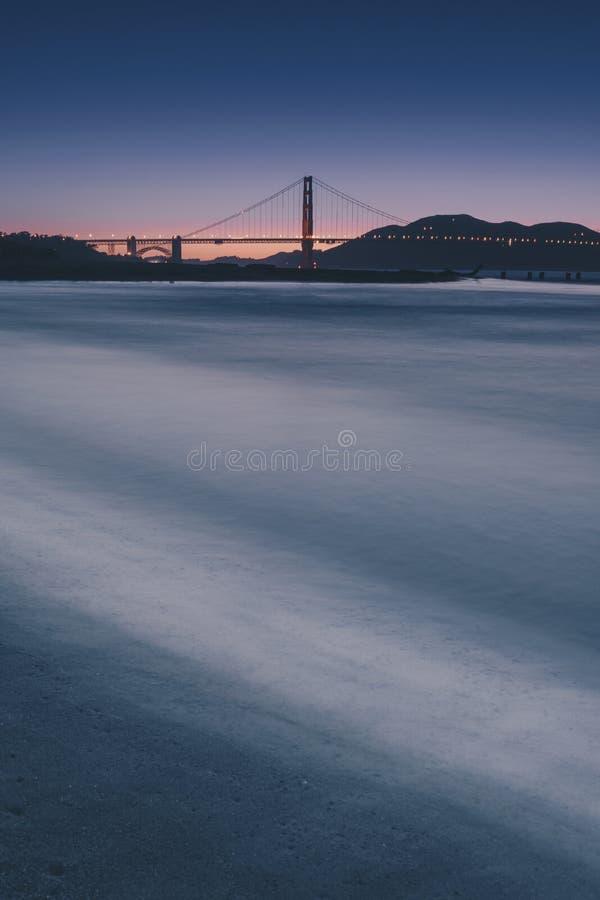 Golden gate bridge czasu mroczny widok od Crissy pola obraz royalty free