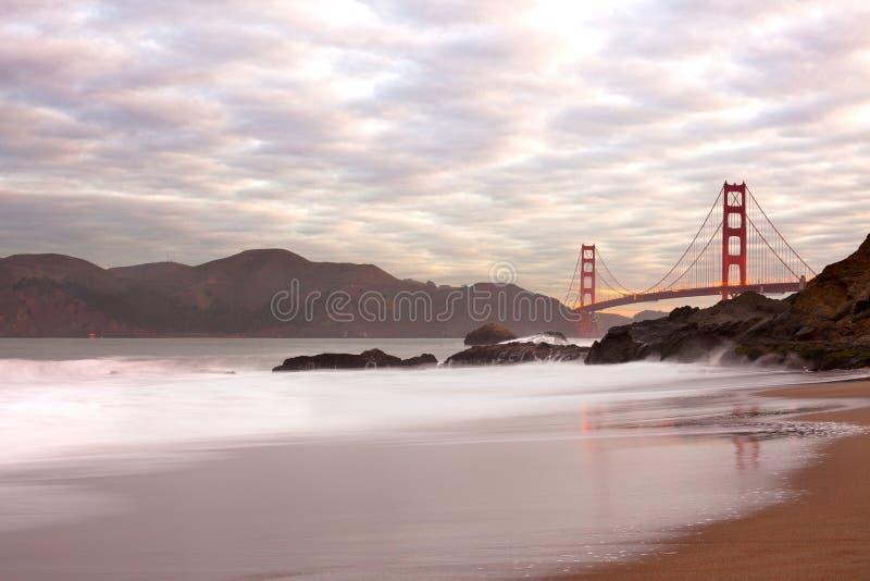 Golden gate bridge dal panettiere Beach a San Francisco immagini stock