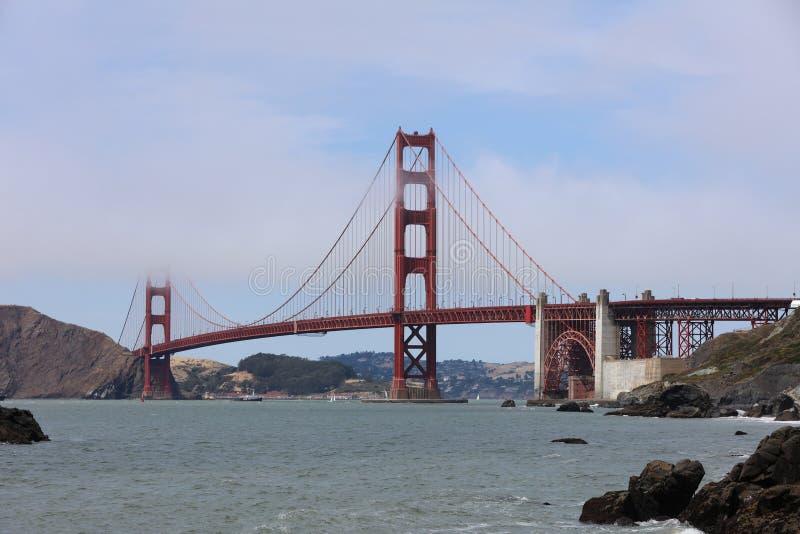 Golden gate bridge dal panettiere Beach a San Francisco california immagini stock libere da diritti
