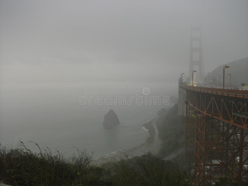 Golden gate bridge dans le brouillard images libres de droits