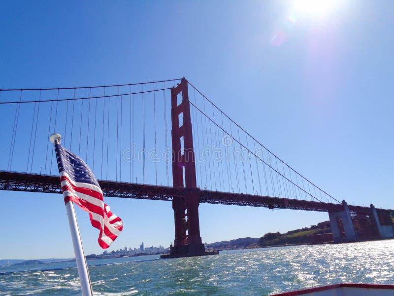 Golden gate bridge do barco imagens de stock royalty free