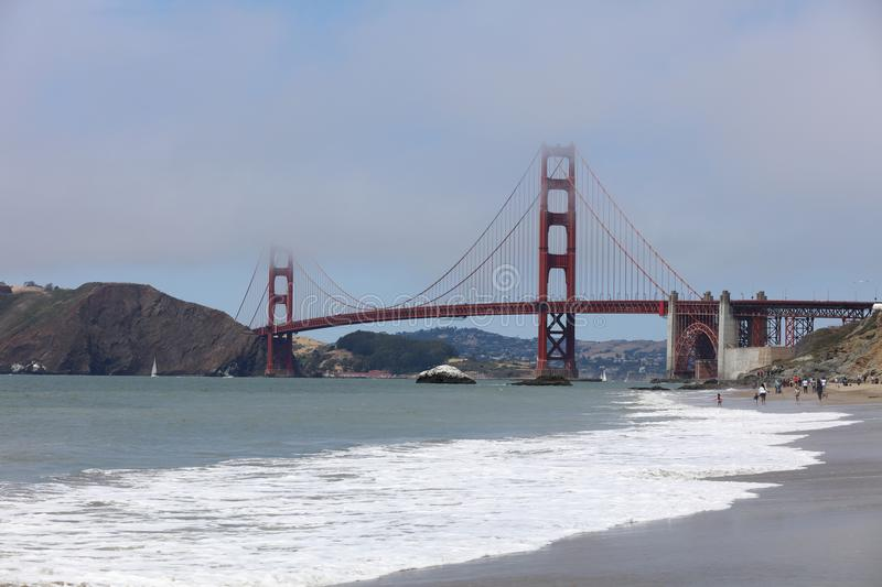 Golden gate bridge do padeiro Beach em San Francisco imagem de stock