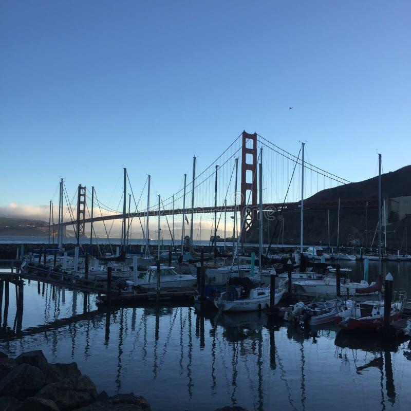 Golden gate bridge du club de yacht images libres de droits