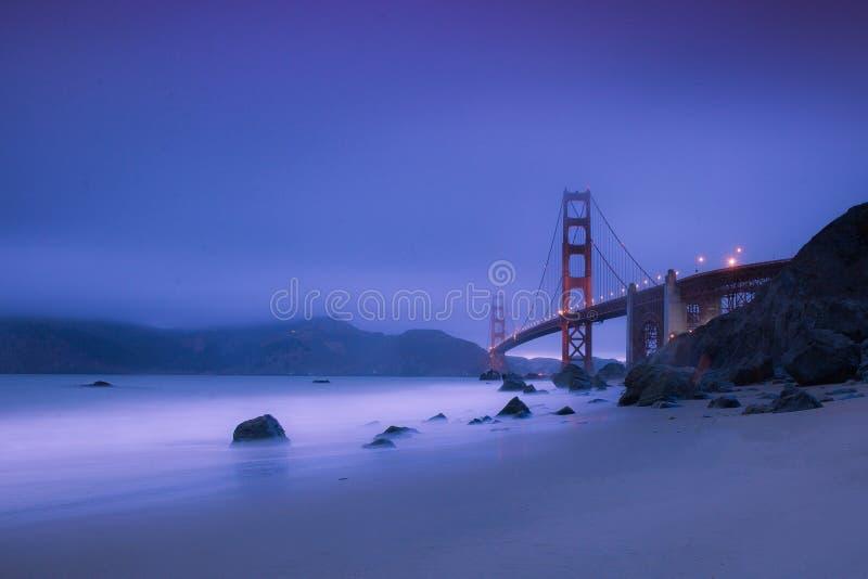 Golden gate bridge durante la notte fotografia stock libera da diritti