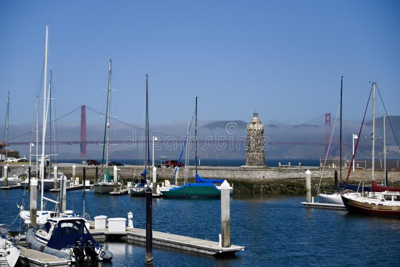 Golden gate bridge e o St Francis Yacht Club fotografia de stock royalty free