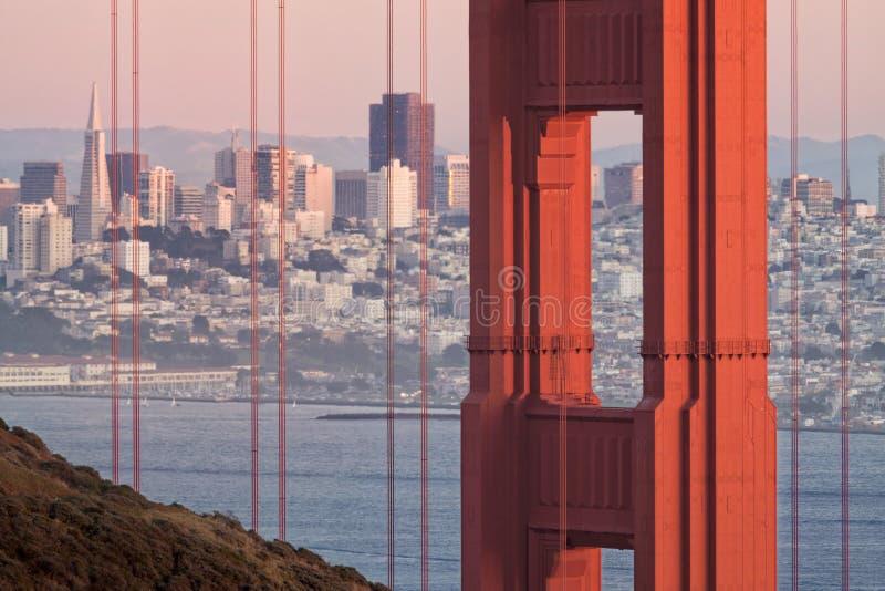 Golden gate bridge e opinião da skyline foto de stock royalty free